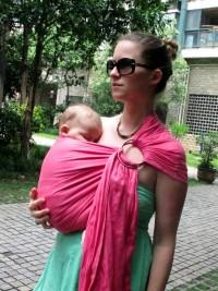 Les astuces pour bien porter bébé en sling : position sur le côté à partir de 4 mois