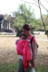 bambine de 3 ans portée en sling daicaling LLA